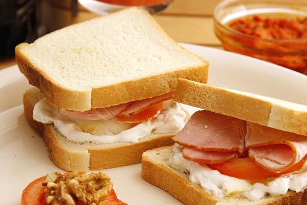 Grilovan topli sendvič sa suvim vratom i šunkom