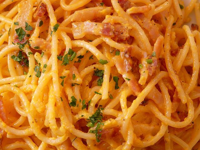 Špageti karbonara s dimljenom pečenicom