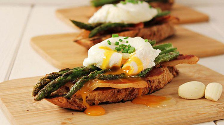 Sendvič sa šparogama i poširanim jajima